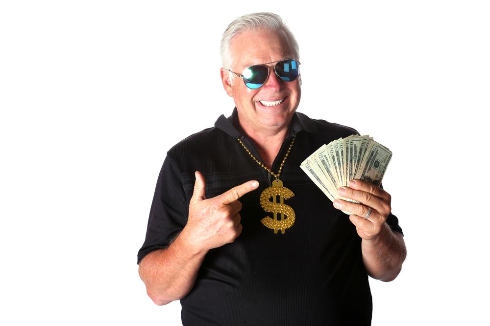 Mann Mit Geldscheinen In Der Hand Und Dollar-Halskette